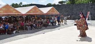 華やかな衣装の琉球舞踊が披露された伝統芸能の宴=28日午前、那覇市・首里城公園下之御庭