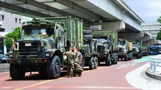 故障で立ち往生したた車両の周りに集まる米兵=28日、那覇市の安謝交差点