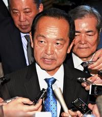 政府厚遇の背景は・・・ 名護市長、就任6日目で首相と会談 沖縄県「あまりにも露骨だ」