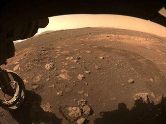 探査車パーシビアランスが火星の初走行時に撮影した画像。タイヤの跡が残っている(NASA提供)