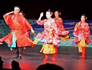 都内で開幕したりっかりっか*フェスタ。躍動感ある演舞で沖縄の文化をアピールした歌舞劇「沖縄燦燦」の舞台=25日、東京芸術劇場