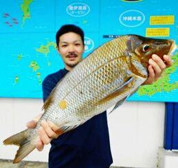 石川漁港で67センチ、3・86キロのタマンを釣った田場茂和さん=4日