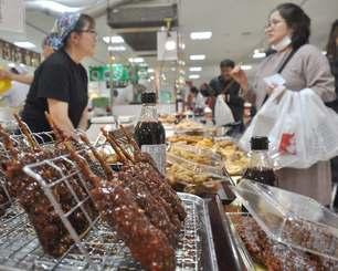会場には三重県と愛知県の名産品がずらりと並んでいる=14日、那覇市久茂地のデパートリウボウ