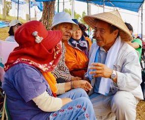 新基地建設に反対する市民らに、療養後に戻ってくると語る山城博治さん(右)=20日、名護市辺野古