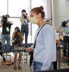 亡命を希望し、人道的査証を発給したポーランドへ向けて出発する東京五輪陸上女子ベラルーシ代表のクリスツィナ・ツィマノウスカヤ選手=4日午前、成田空港