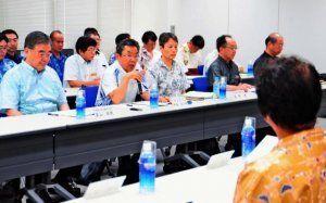 懇談会冒頭、あいさつをする中嶋浩一郎防衛局長(左から2人目)=23日、嘉手納町・沖縄防衛局