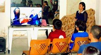 那覇市研修の様子を報告する久高美咲さん(右)と参加した若者たち
