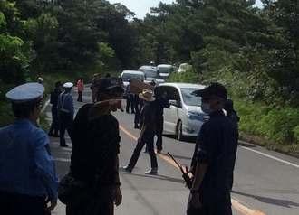 県道70号の交通規制で足止めになった一般車両=13日午前8時20分、東村高江