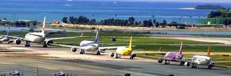 F15戦闘機の部品落下による点検のため、滑走路が一時閉鎖され、離陸を待つ旅客機が列をつくった=26日午前10時20分ごろ、那覇空港(琉球朝日放送提供)