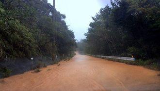 台風12号による大雨で大量の赤土が道路に流れこんだ=25日午後4時20分ごろ、国頭村安田(新里泰撮影)