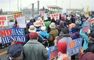 米軍キャンプ・シュワブゲート前で新基地建設への抗議の声を上げる市民ら=11日午前10時10分、名護市辺野古