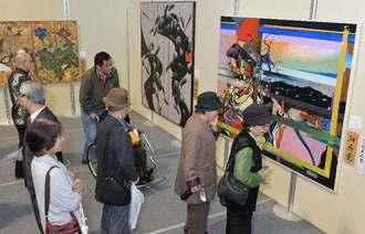開幕と同時に多くの美術ファンが詰め掛けた第71回沖展=23日午前、ANA ARENA浦添(浦添市民体育館)