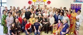 会員らのカジマヤーを祝った米フロリダ県人会のメンバー=米フロリダ・ペース市