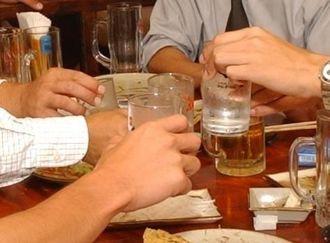 居酒屋で泡盛を酌み交わす客ら=沖縄県内