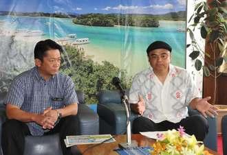 市民参加型プロジェクト「島人ぬ宝さがし」への思いを語る、発起人でBEGINの比嘉栄昇さん(右)=石垣市役所