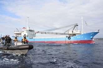 海上保安庁のゴムボートに守られながら新基地建設現場に入る作業船=16日午前、名護市辺野古沖