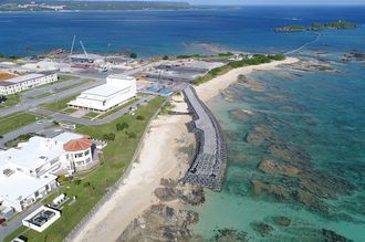 「N5」護岸建設予定地近くに造られている仮設道路=2017年10月24日