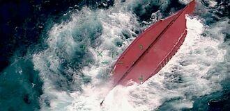 (下)転覆した中国国籍の漁船(第11管区海上保安本部提供)