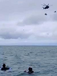 シュノーケリング楽しむ観光客、上空をつり下げられた米軍ヘリが… 【動画あり】