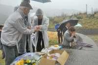 鹿児島・奄美大島に対馬丸慰霊碑、きょう除幕式 大和村の海岸で生存者らが供養