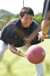 ボールを使ってトレーニングする日本ハム・屋宜=くにがみ球場(阿部岳撮影)