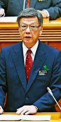 県議会代表質問で答弁する翁長雄志知事=25日午前