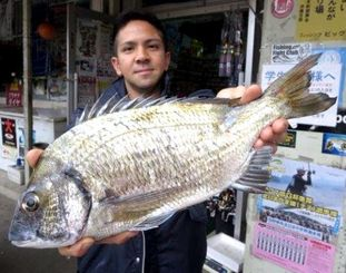 糸満海岸で41・6センチ、1・08キロのミナミクロダイを釣った湧川朝則さん=1月23日