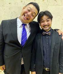 新1年生にエールを送ったお笑い芸人コンビ「わさび」の具志堅将司さん(左)と新川祥平さん(提供)