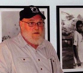 娘のジャネットさんと孫5人を米国に呼び寄せようと米議会に働き掛けている元軍人のジョン・へインズさん=米ワシントンDCの写真展会場