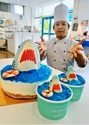 「ジョーズケーキ」とオーナーシェフの風間一太郎さん=15日、宜野湾市野嵩の「サニー サイド ケークス」