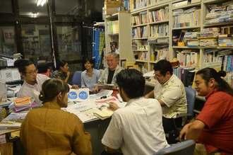 ウチナーンチュ大会の関連企画について話し合う運営メンバーら=14日、宜野湾市・沖縄国際大学