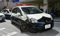 追跡車両と衝突し、破損したパトカー=19日午後3時前、那覇市久茂地