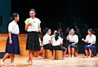石川ひまわりキッズシアターの舞台「石川の群星」の一場面=29日、うるま市石川会館