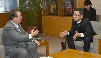 オスプレイの物資吊り下げ訓練に対し中嶋浩一郎防衛局長(右)に抗議する安慶田光男副知事=7日午後5時すぎ、県庁