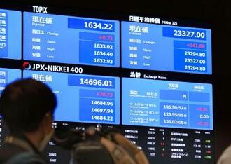 株式全銘柄の売買を再開し、日経平均株価などが表示された東京証券取引所のボード=2日午前9時、東京・日本橋兜町