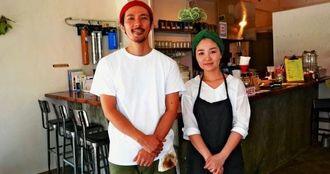 店主の久高哲哉さん(左)と妻の由衣さんが笑顔で出迎えてくれる=28日、沖縄市泡瀬