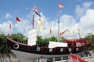 玉泉洞開園20周年を記念して建造された「南都丸」の廃船式で、帆が下ろされた=南城市、おきなわワールド