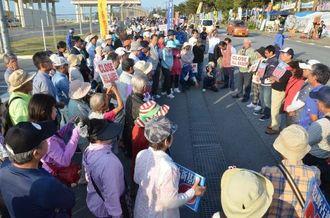 早朝から議員、市民約400人が集まった=名護市の米軍キャンプ・シュワブゲート前