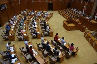 名護市辺野古の新基地建設の作業再開に抗議する意見書を賛成多数で可決する沖縄県議会=18日午前、県議会