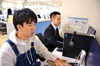企業との接点が減り、主にインターネットで企業の情報収集をしているという沖縄国際大学の山城英智さん(右奧)と同大学の當山幸生さん=18日、沖縄国際大学