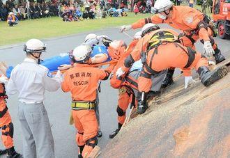 家屋倒壊を想定し訓練する消防隊員=2012年、那覇市消防本部