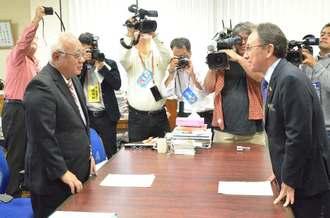下地敏彦宮古島市長(左)と面談し、県民投票の実施を求める玉城デニー知事(右)=9日午後、宮古島市役所