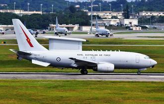 米軍嘉手納基地を離陸するオーストラリア空軍の早期警戒管制機=26日午後3時すぎ、同基地