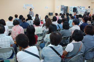 イベントは立ち見が出るほど大勢の人々が訪れ、渡久地さんのお話に聞き入った