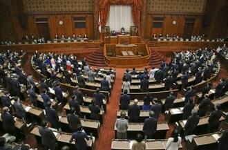 新型コロナウイルス対応の改正特別措置法などが賛成多数で可決、成立した参院本会議=3日午後