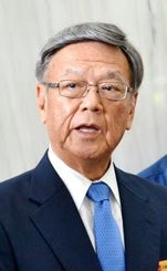 【3位の記事】記者団の取材に応じる翁長雄志知事=28日、県庁