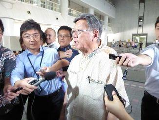 埋め立て承認取り消しの記者会見を前に、県庁に到着した翁長雄志知事=13日午前8時50分、県庁