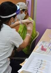 ワクチン接種を受ける対象者=22日午前、那覇市金城