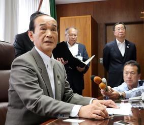記者の質問に答える青森県三沢市の小檜山吉紀市長=20日午後、三沢市役所