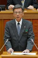 県議会2月定例会が開会し、所信表明する翁長雄志知事=14日午前、県議会